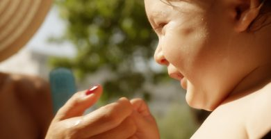 Ouders moeten hun kinderen beter beschermen tegen de zon